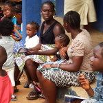 Genitori in attesa della visita medica preventiva FIRST AID CENTRE