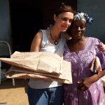 Aunty Regina mi consegna i lavori da riportare nelle scuole italiane