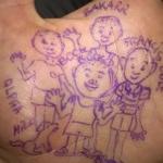 Tatuaggio con la penna sulla mano la sera prima di partire. Alcuni dei bambini sempre presenti incorno a me a casa.