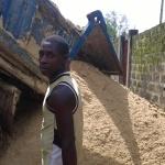 Primo carico di sabbia per costruire i mattoni