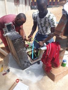 La nuova pompa viene inserita nel pozzo
